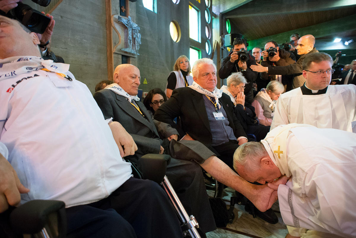 PopeFrancis-17Apr2014-6ru7a chan cho ke tat nguyen