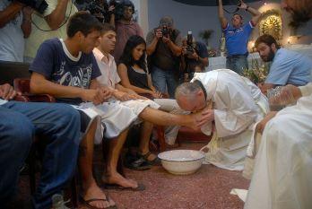 ghruachan3 Rửa chân cho tù nhân và phụ nữ